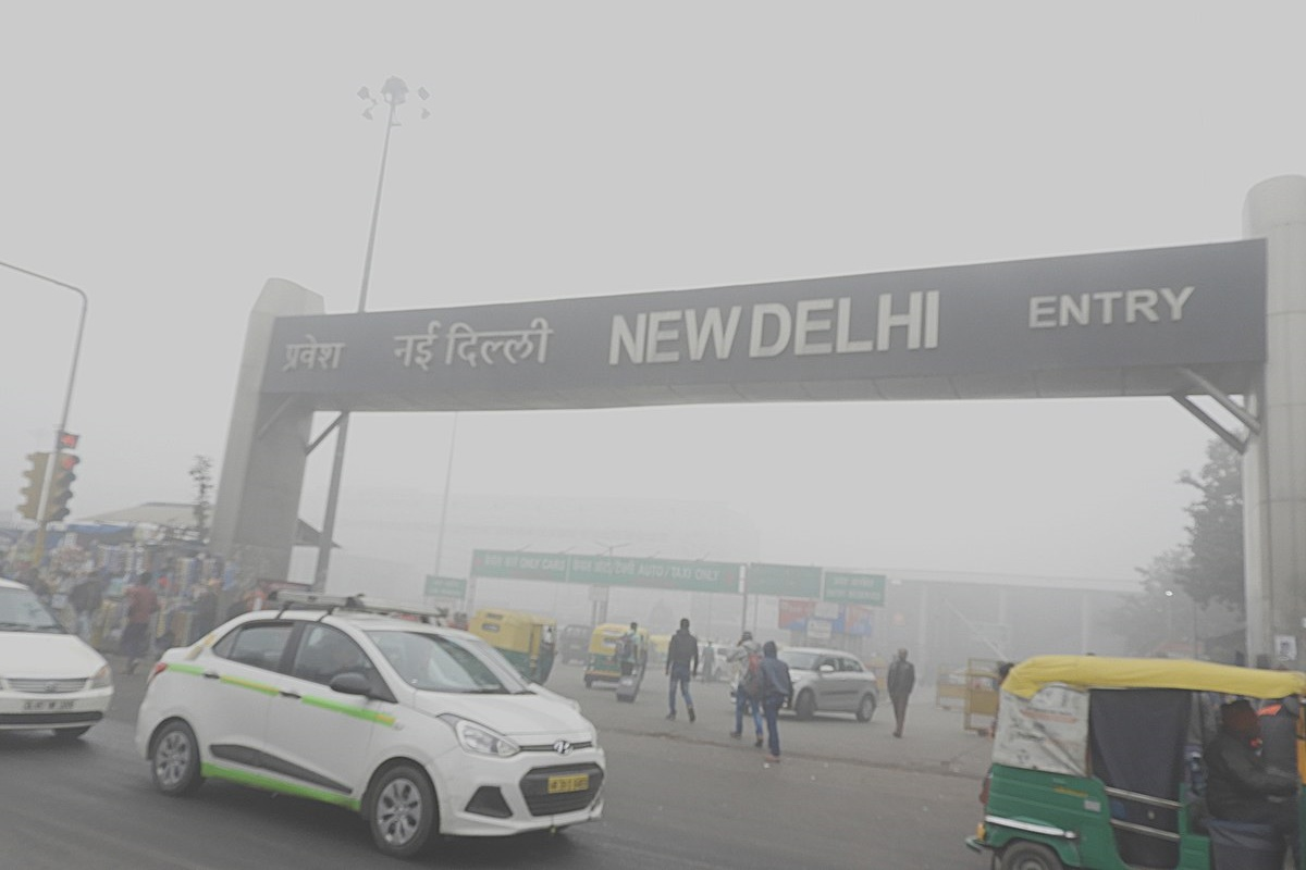 1200px-Low_visibility_due_to_Smog_at_New_Delhi_Railway_station_31st_Dec_2017_after_9AM_DSCN8829_1